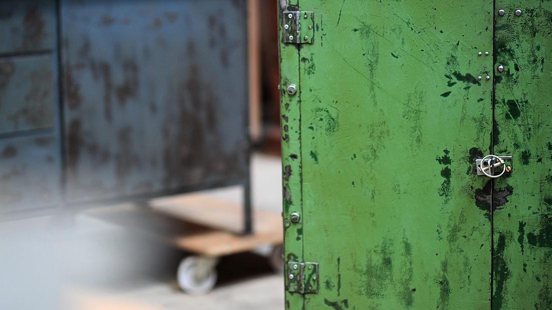Ein Schrank mit geschichte: Wunderschöner originaler Industrieschrank mit Patina