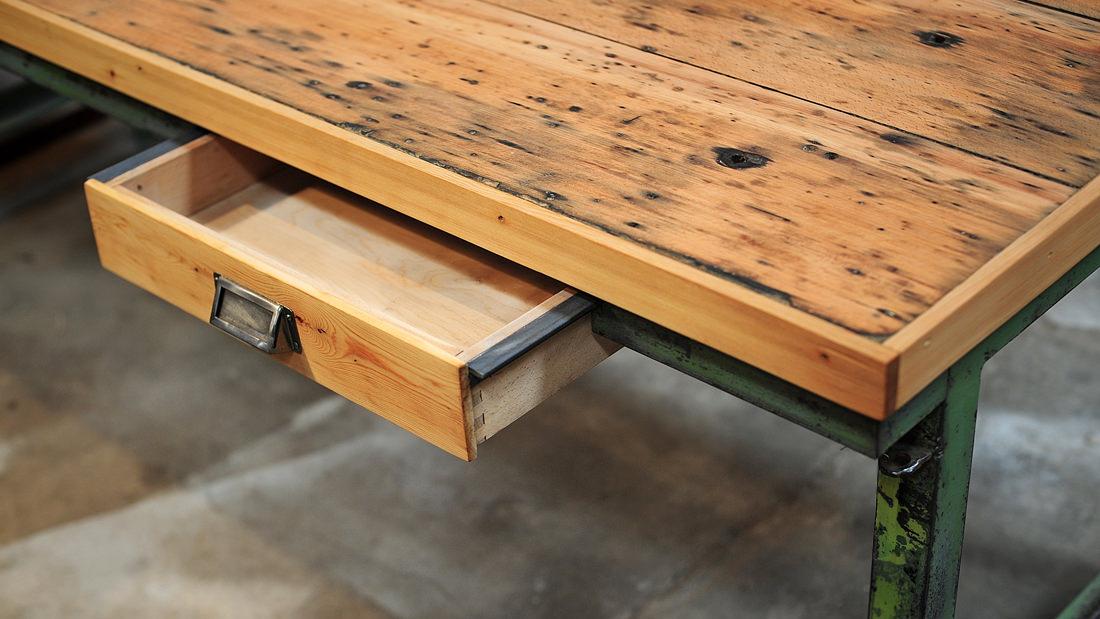 Ein wunderschönes Einzelstück: Ein aufgearbeiteter Industrietisch mit Schublade im Vintage-Look