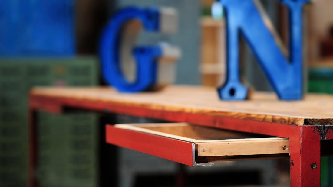 Neues Design aus alten Originalen: Industrietisch mit schönem Schubladen-Detail