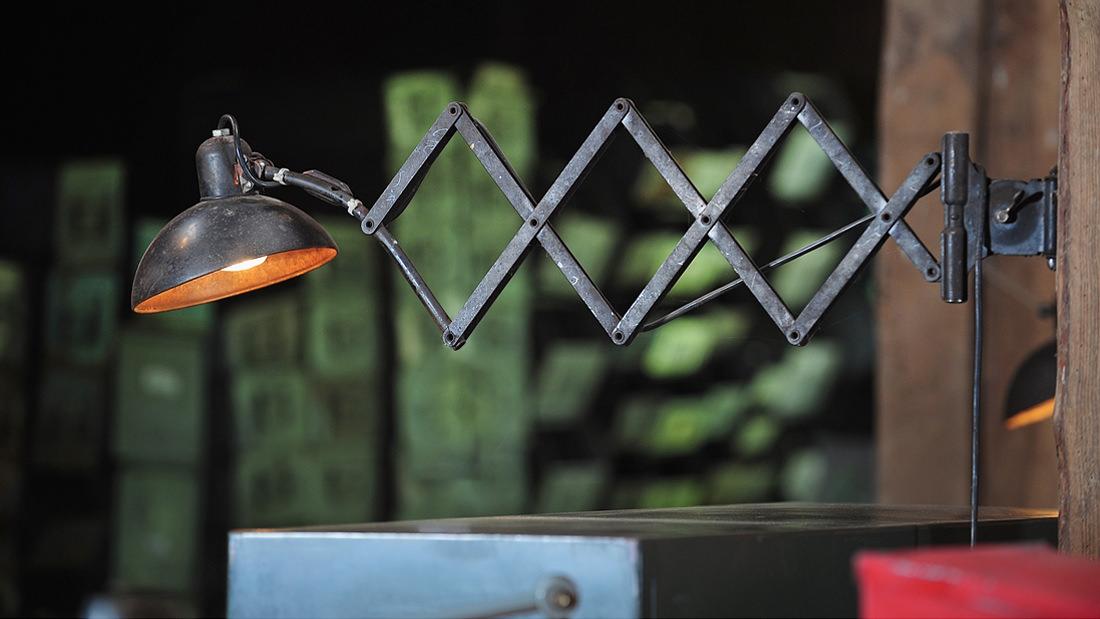 Ins rechte Licht rücken: Original Industriedesign Bauhaus Scherenlampe