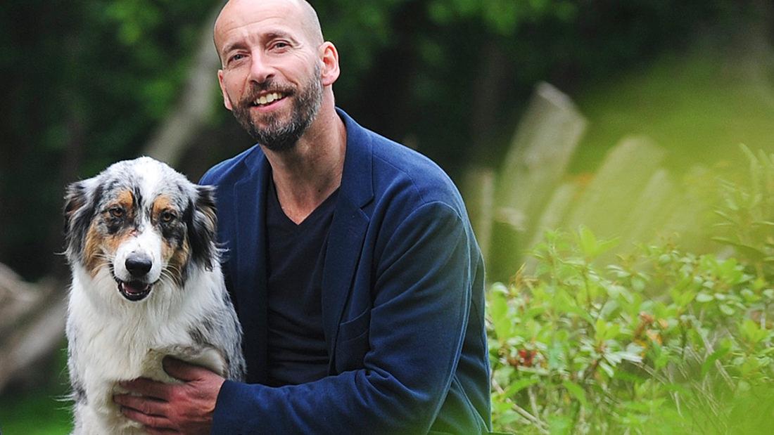 Kim Stobernack genießt mit seinem Hund Ida das Leben auf dem Land