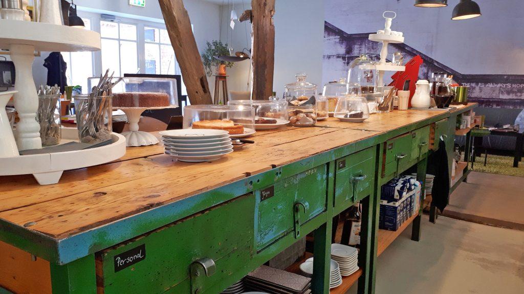 Auf Industriemöbeln mit Geschichte kann leckerer Kuchen schön präsentiert werden