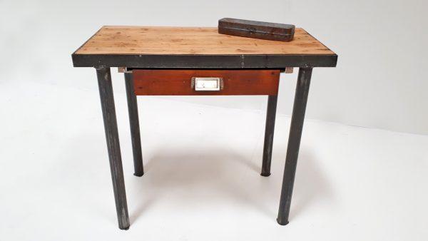 Der kleine Industrietisch mit Schublade ist ein schöner Blickfang