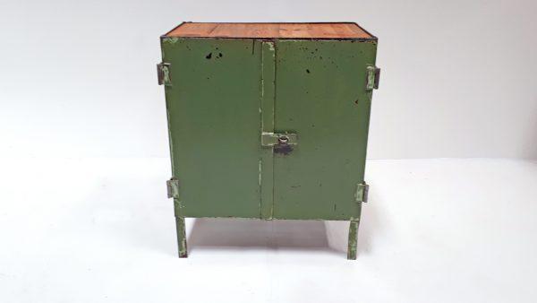 Der kleine Industrieschrank ist in original grüner Farbe