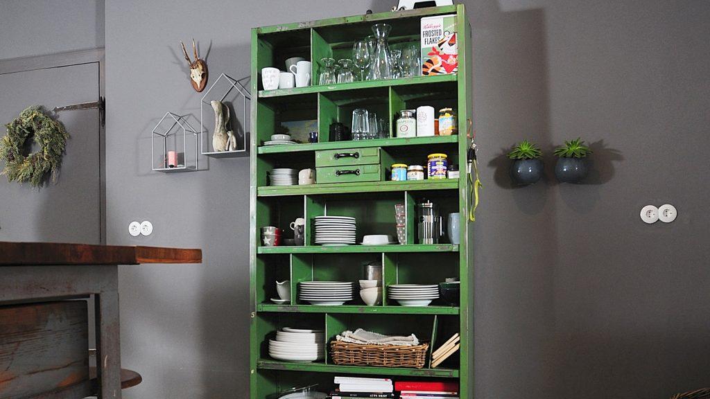 Dieses schöne und vielseitig einzusetzende Industrieregal in Grün sorgt für besonderes Flair in Martina Michels Küche und setzt farblich Akzente