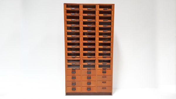 Der wunderschöne und seltene Apothekerschrank hat Schubladen aus Glas