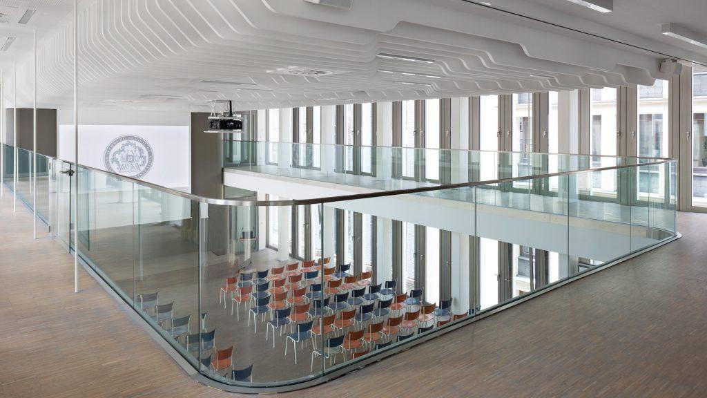 Der Saal, ausgestattet mit Anton Zeitler Stühlen aus den 60er Jahren, wird durch die leuchtenden Farben zum Leben erweckt.